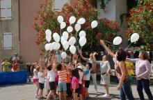Des ballons blancs en souvenir de Chrystel