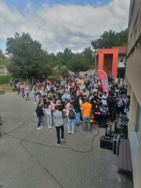 Sur le temps de midi un studio mobile a été installé dans la cour du collège.